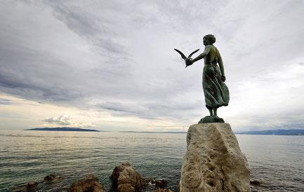 «Дівчина з чайкою» скульптура