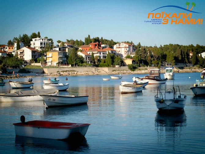 Пляжі, посипані хвоєю і прикрашені скелями і бухтами - це Хорватія!